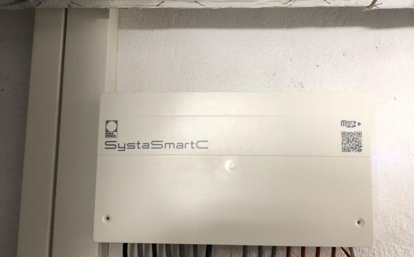 Heizungsregler SystaSmartC mit Volumenstromsensor im Rücklauf des Peleo Optima, getrennte Kabelkanäl für Signalleitungen und stromführende Kabel