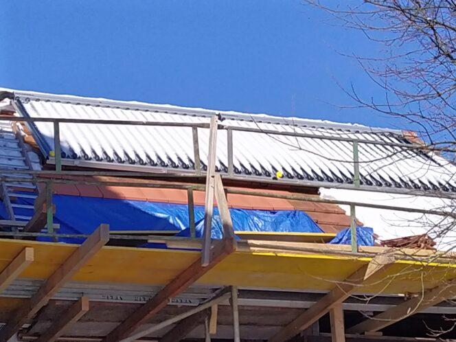 Dach mit Solarthermie-Anlage unter Schnee
