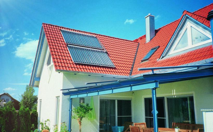 Solarthermie_Foto_Kollektoren_von_Paradigma_auf_dem_Dach_eines_Privathauses